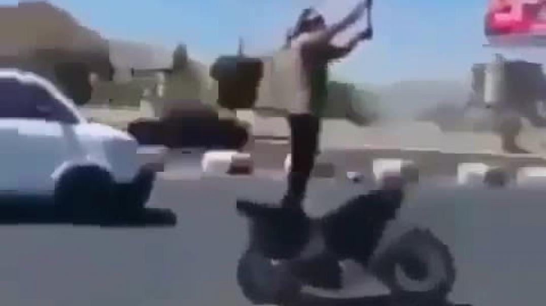 سائق محترف - يقود ويرفع العلم اليمني. عالياً