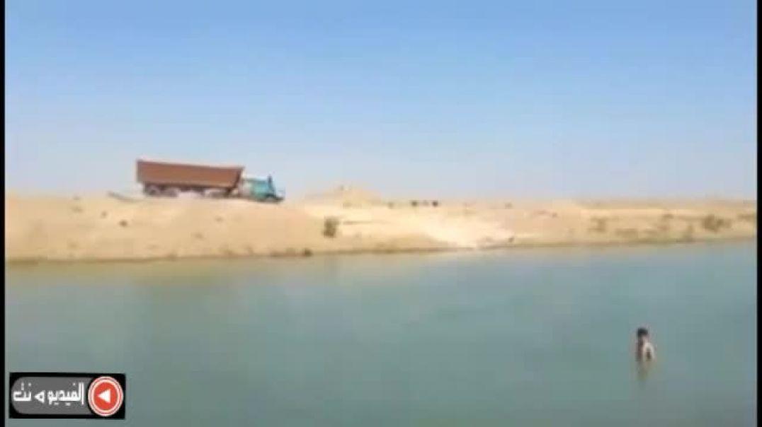 سائق قاطره يعبر البحر