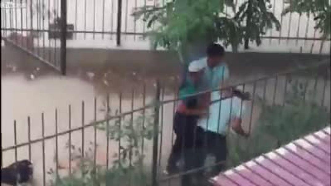 ثلاثه شباب يضربون رجل وياخذون فلوسه