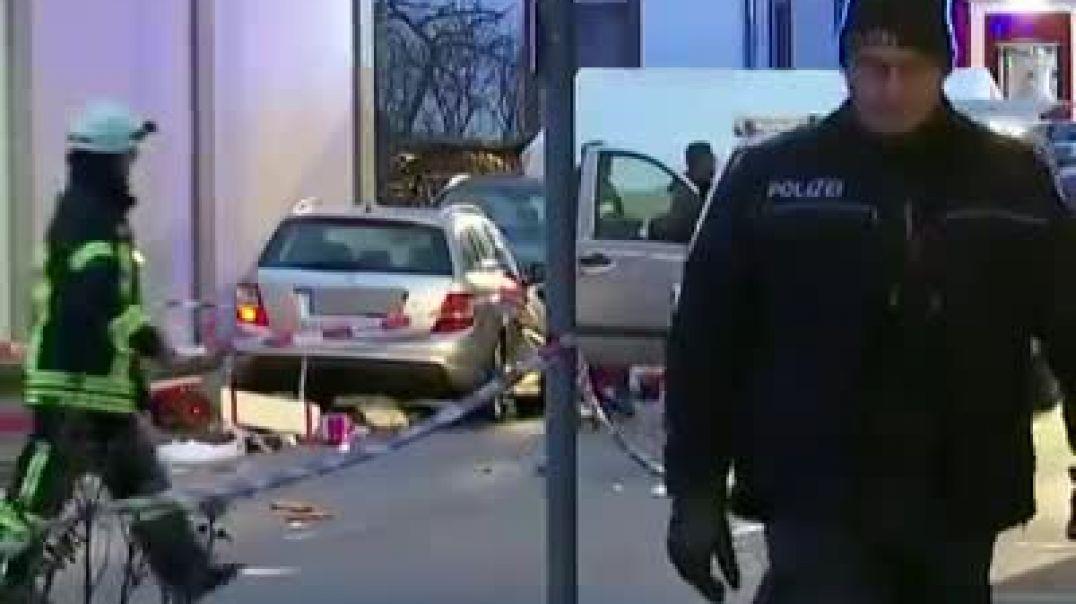 سيارة تندفع وسط حشد با مهرجان في بلدة فرلكماوسن وا 10مصابين