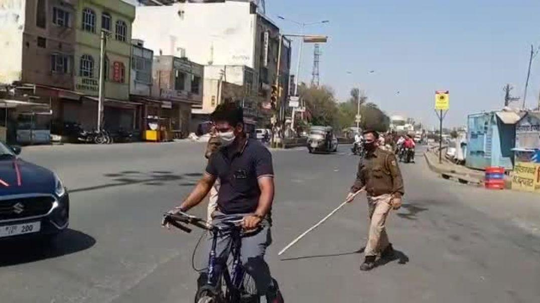 القوات الهندية تجبر الموطنين با الضرب على البقاء في المنزل