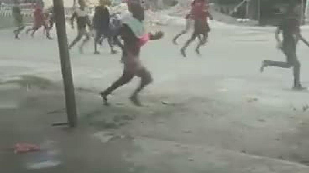 مجموعة من المواطنون يعتدون على الشرطة با الضرب