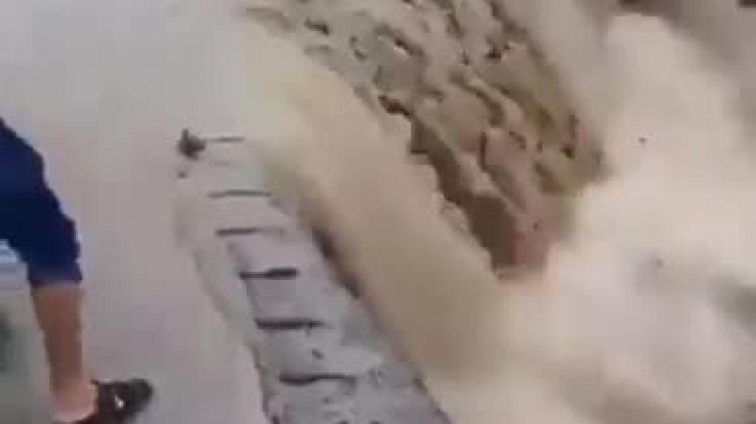 شدة سيول الأمطار في اليمن تسحب شخص إلى مجرى السيول