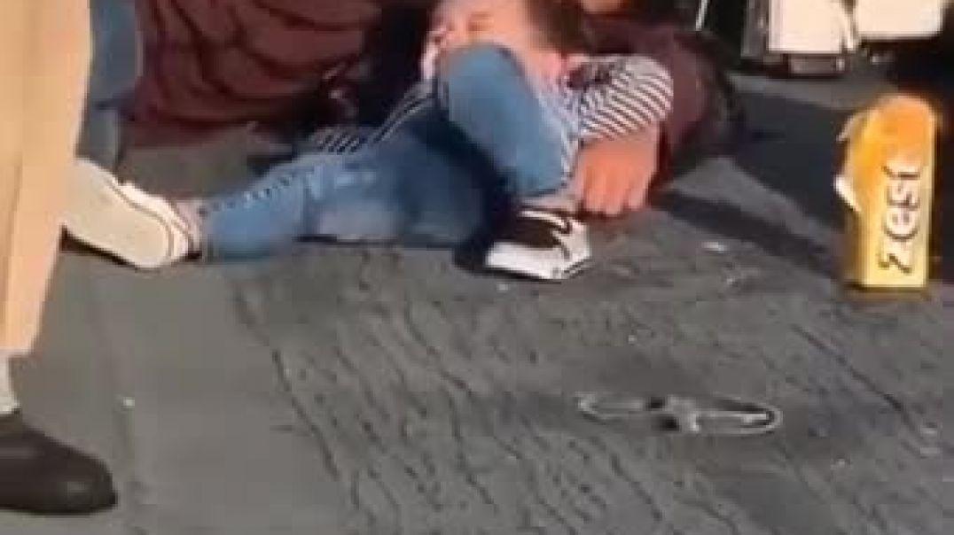 مشهد مالم لي شاب سوري لاجئ ينام على الرصيف مع طفله اصغير