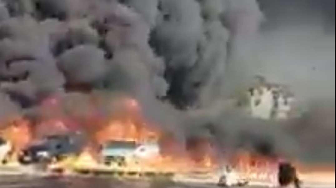 مصر انفجار خط انتاج النفط الخام والحريق يلتهم السيارات وكل شي في طريقة