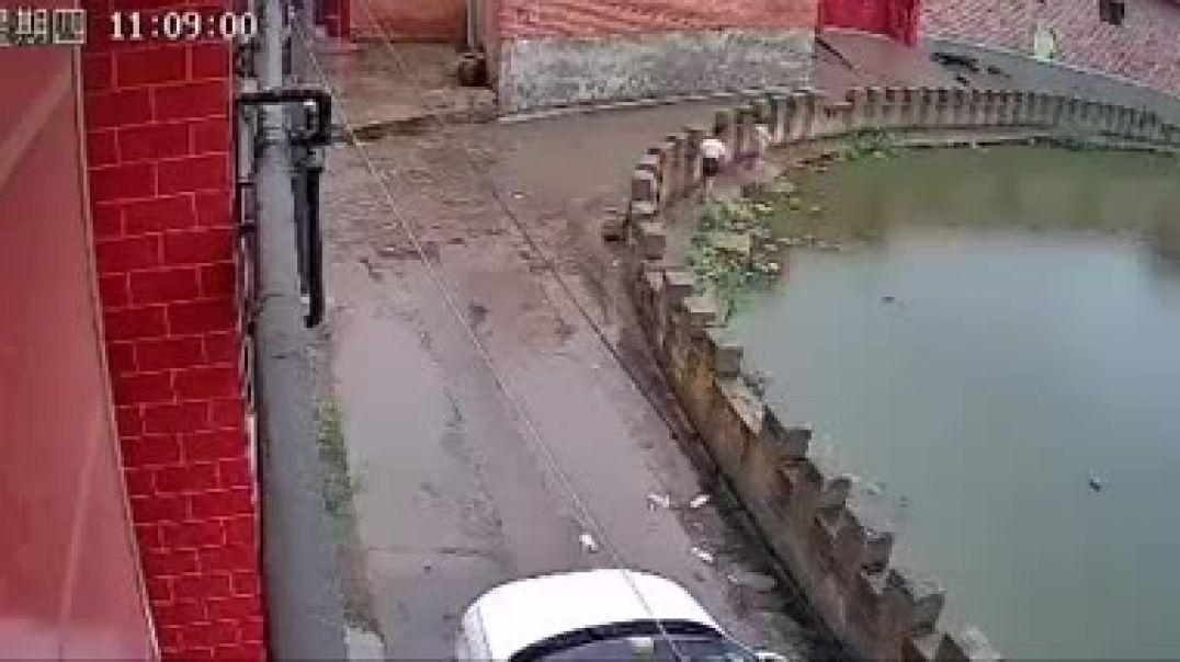 شاهد غرق الطفل و ردت فعل اخته عند رويت اخاها يغرق