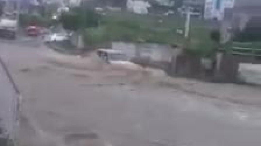 شاهد غرق سياره في سيل الامطار في اب وموة 5 من الاطفال و النساء