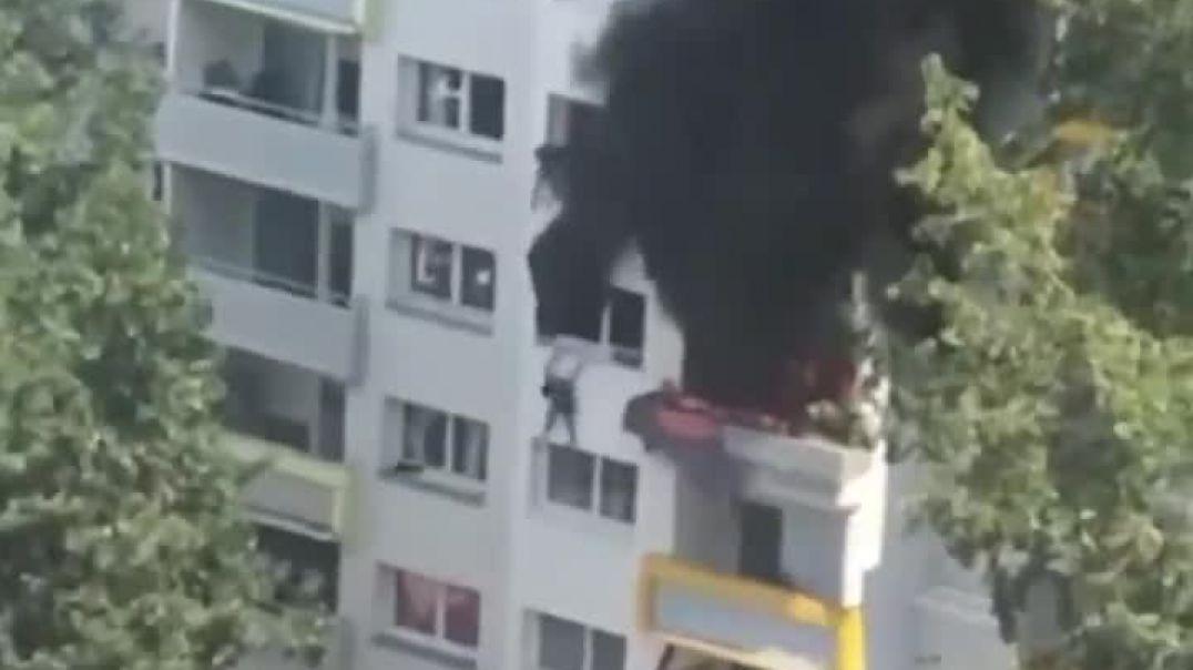 شجاعة اطفال العرب يقفزون من الدور الخامس بعد احتراق الشقة التي يسكنها