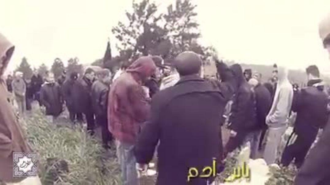 رجل يخاطب الناس في المقبره على الموة
