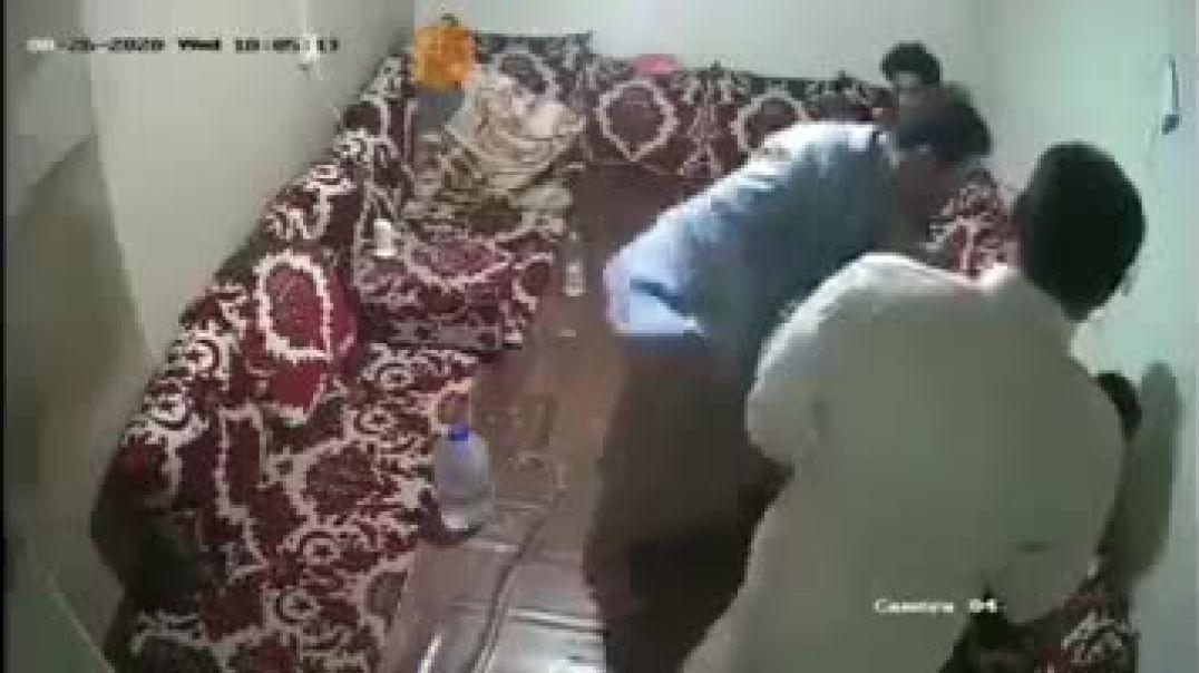 شاهد سته من الرجل يضربو مواطن في صنعاء حتا الموة